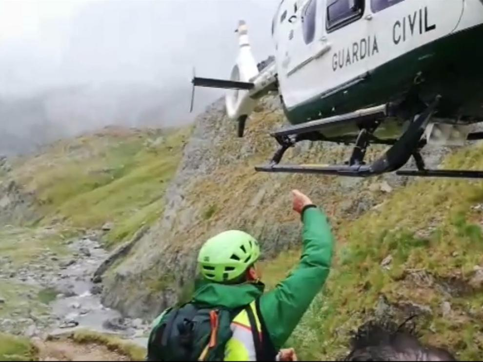 Momento de la llegada del helicóptero de la Guardia Civil para evacuar al montañero herido.