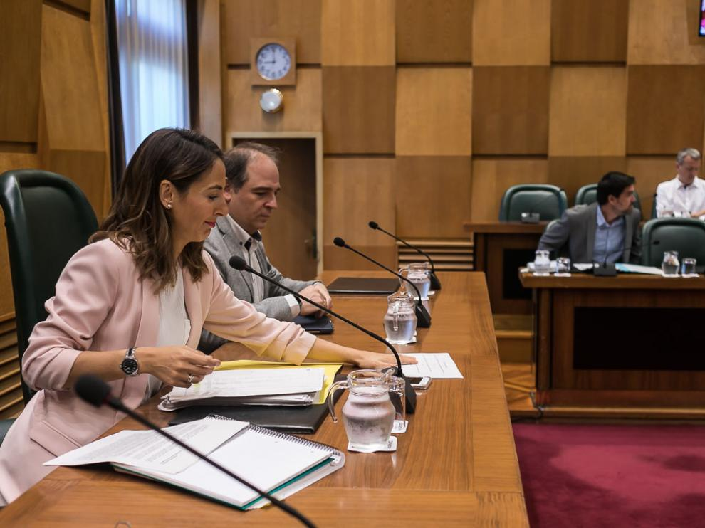 María Navarro, en primer plano, en la comisión de Hacienda de este lunes.
