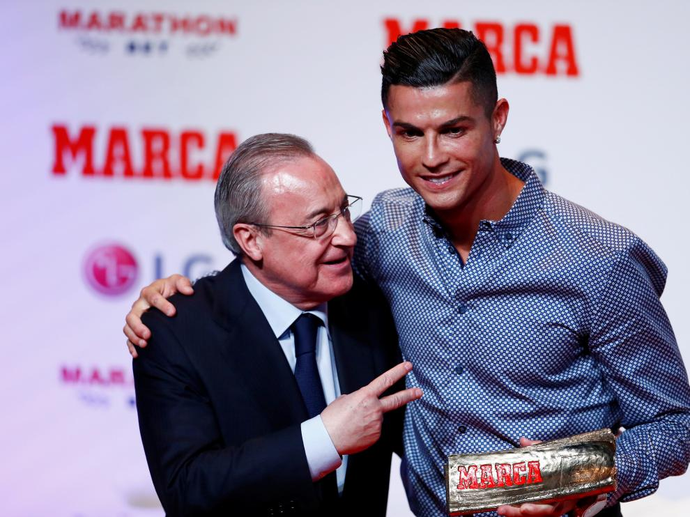 Soccer Football - Cristiano Ronaldo receives the MARCA Legend award - Reina Victoria Theater, Madrid, Spain - July 29, 2019 Cristiano Ronaldo poses with Real Madrid president Florentino Perez and the MARCA Legend award REUTERS/Juan Medina [[[REUTERS VOCENTO]]] SOCCER-RONALDO/AWARD