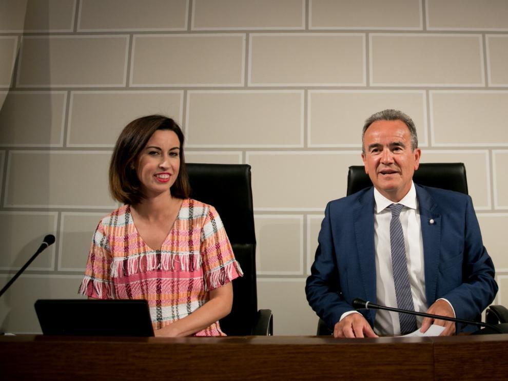 El presidente de la DPZ, junto a la vicepresidenta primera, al inicio del pleno.