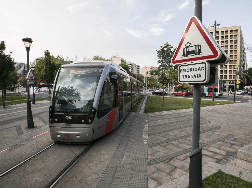 Un tranvía a su paso, el pasado viernes, por la plaza de Paraíso.