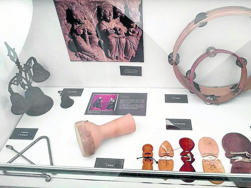 Una de las vitrinas de instrumentos y objetos que componen 'Los Sonidos de la Imagen'.