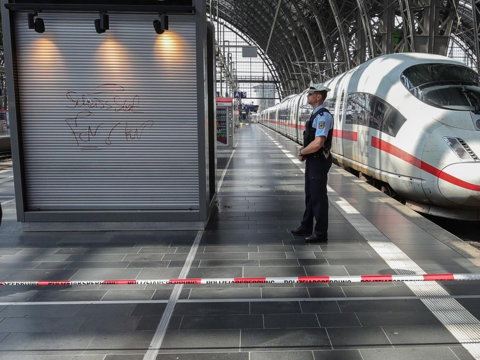 Frankfurt (Germany), 29/07/2019.- A police officer stands on a deserted platform that was cordoned off during an emergency incident at the main train station in Frankfurt am Main, Germany, 29 July 2019. Police say that a child has died after reportedly being pushed onto the tracks in front of a train. One person has been arrested. (Alemania) EFE/EPA/ARMANDO BABANI German police say a child has died after being pushed onto the tracks