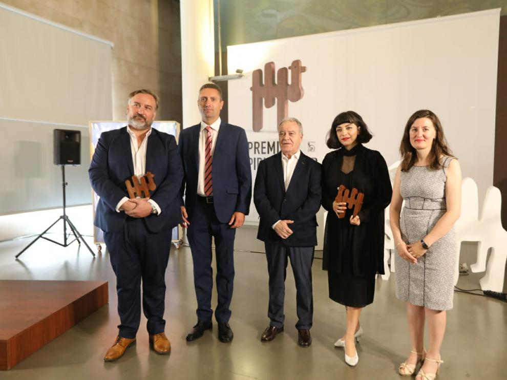José Andrés Borau y Mon Laferte, con sus premios Pirineos Sur, junto al presidente dela Diputación y representantes de la Fundación ONCE