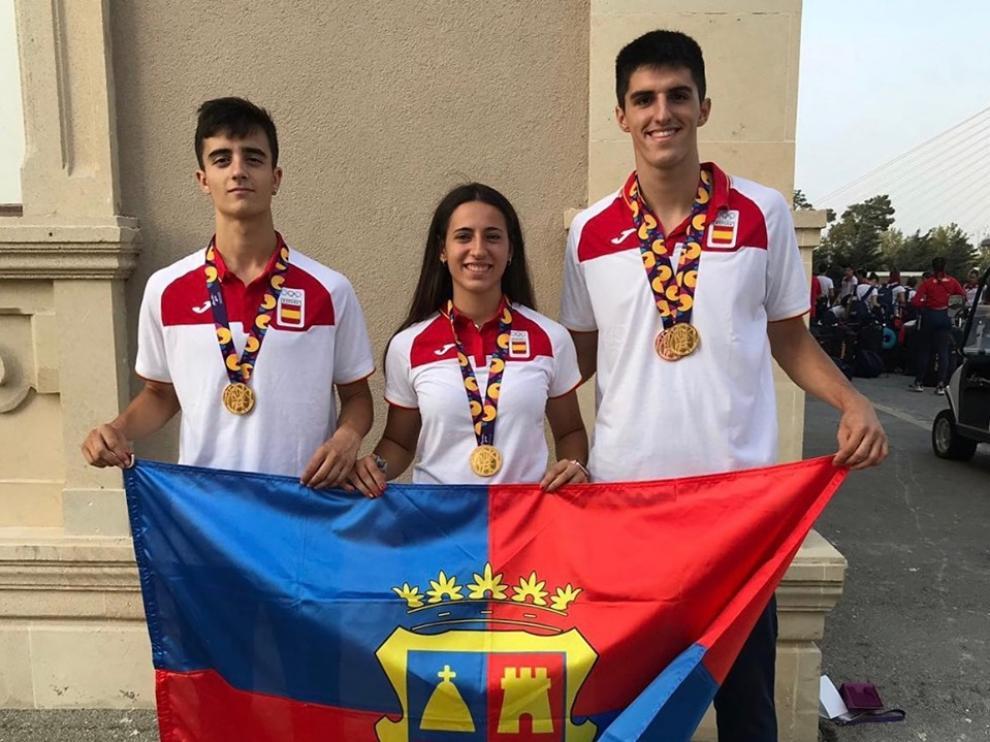 Los atletas del Centro Atlético Hinaco Monzón, Pol Oriach, Laura Pintiel y Mario Revenga.