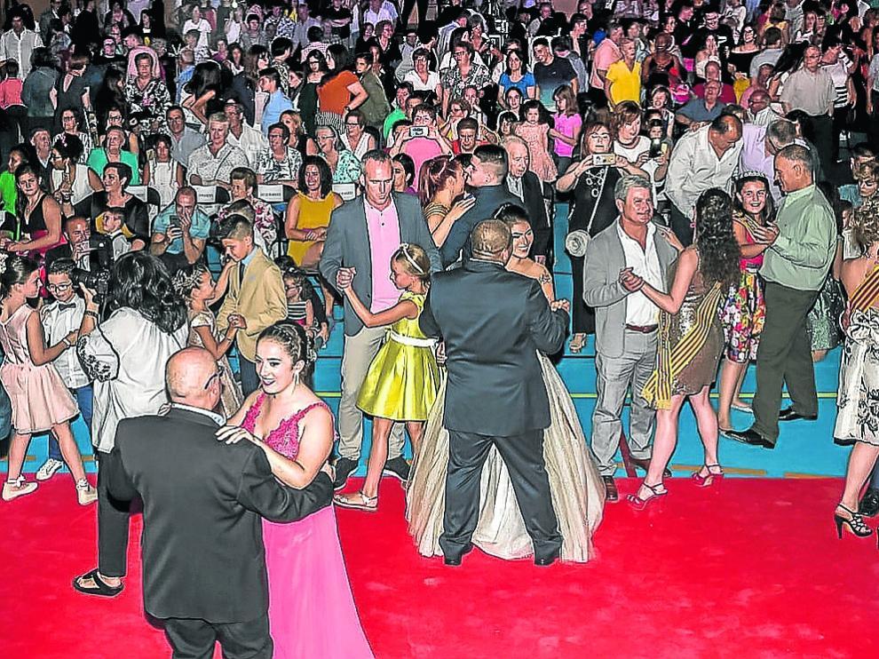 Las reinas de este año bailan en la plaza de España con los vecinos de Pedrola