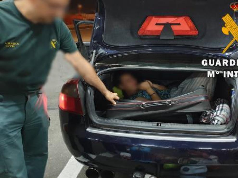 La mujer viajaba oculta en una maleta en el interior del maletero de un vehículo
