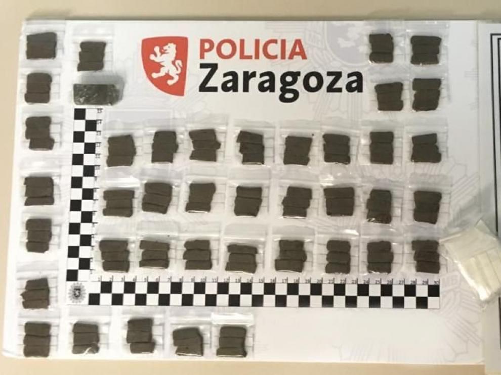 La policía local de Zaragoza incauta 40 bolsitas de plástico que contenían sustancias estupefacientes.