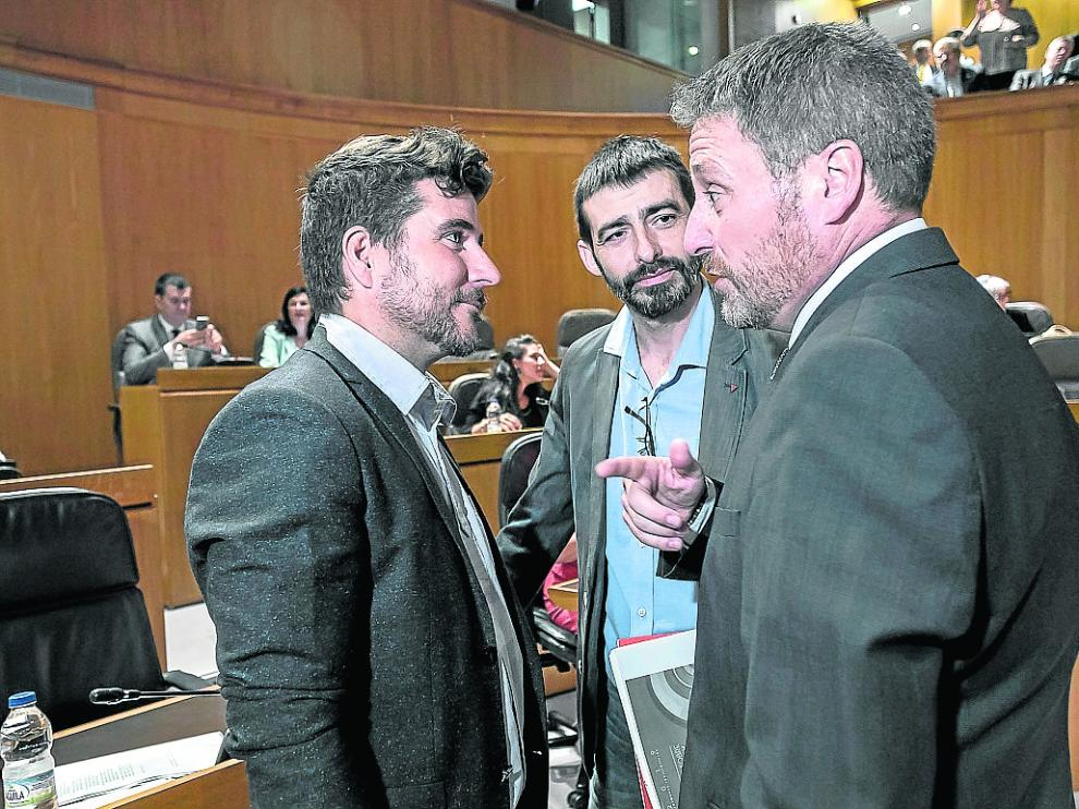 De izquierda a derecha, Nacho Escartín, Álvaro Sanz y José Luis Soro, este martes en las Cortes.