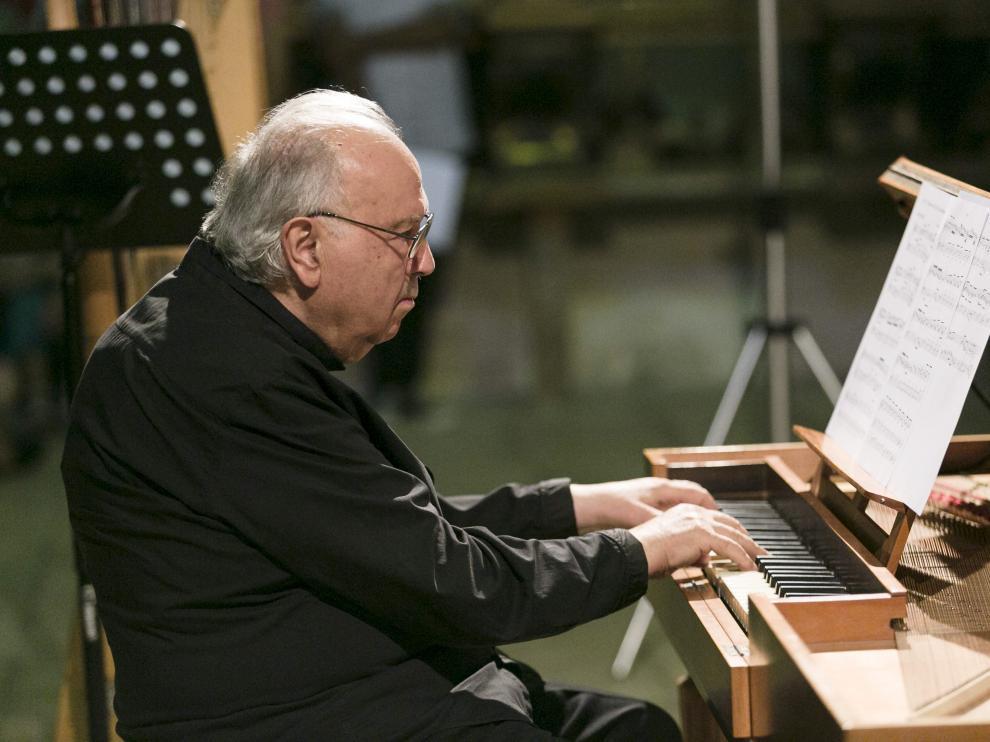 El director artístico del Festival Internacional de Música de Daroca, tocando el órgano