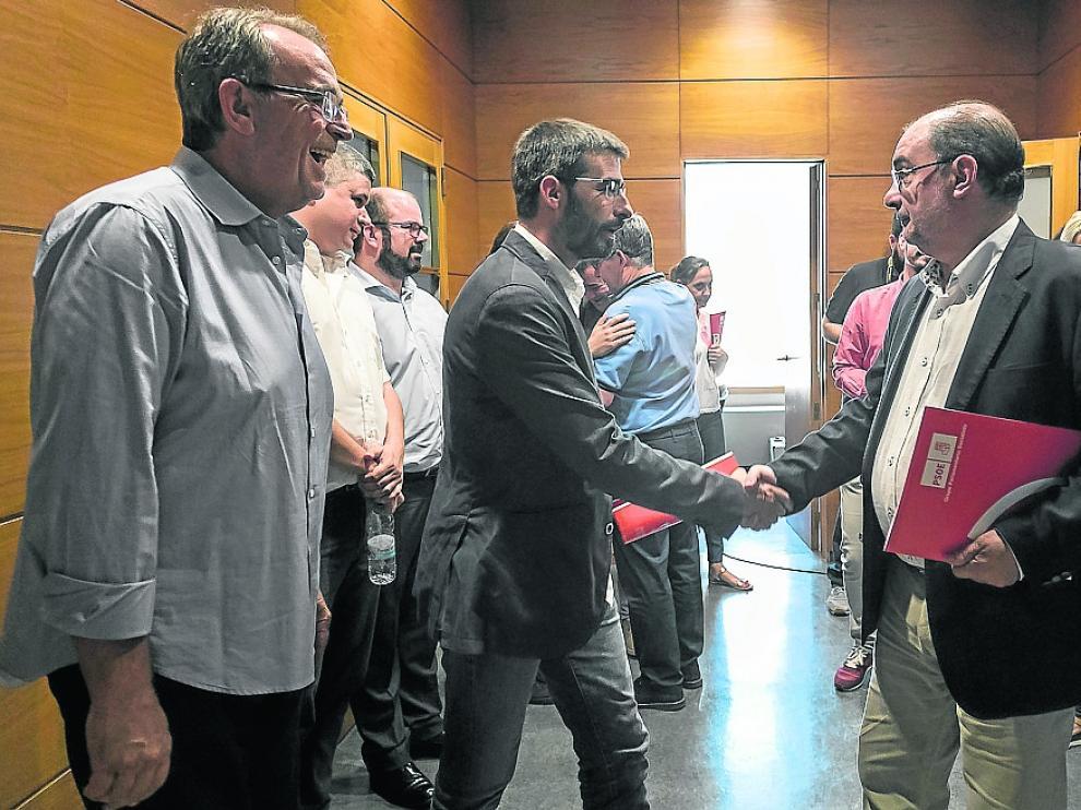 Sanz y Lambán, ayer en las Cortes minutos después de firmar el acuerdo de investidura.