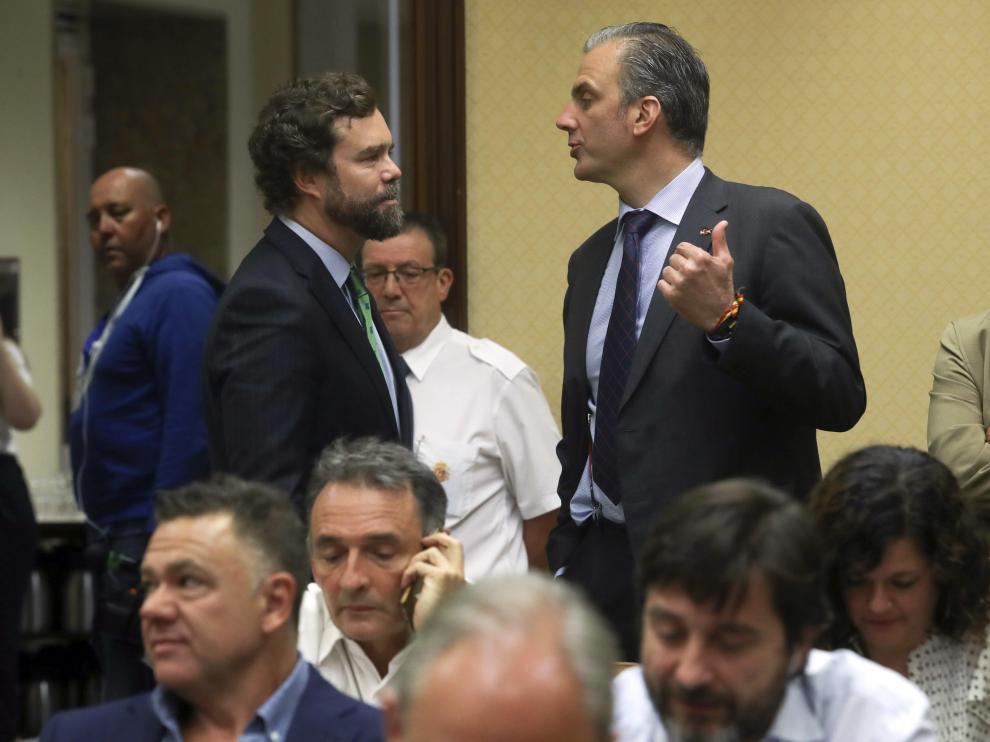 Ivan Espinosa y Ortega Smith conversan en el Congreso.
