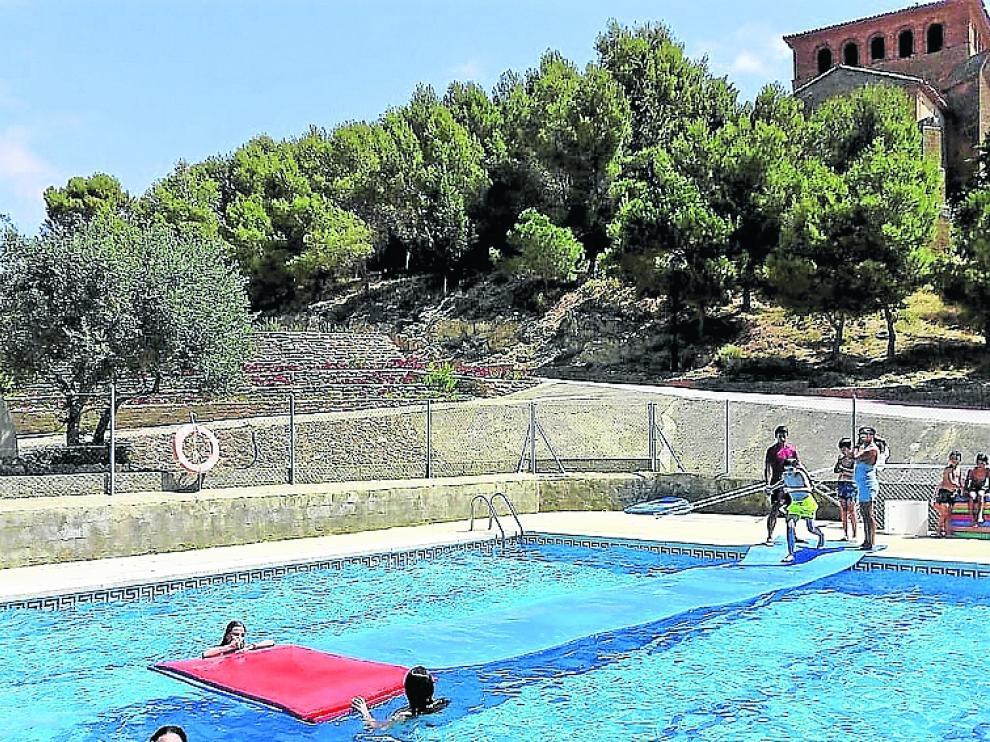 Jóvenes y niños en las piscinas de Laperdiguera.