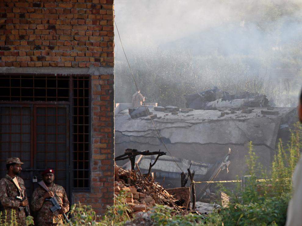 Los soldados vigilan el lugar del accidente, en una localidad cercana a Islamabad.