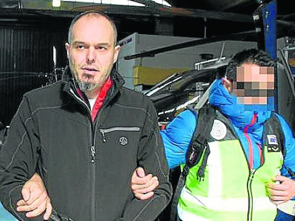 Mikel Carrera Sarobe, alias Ata, conducido por un policía, en una foto de archivo. Ahora está en una cárcel del sur de Francia.