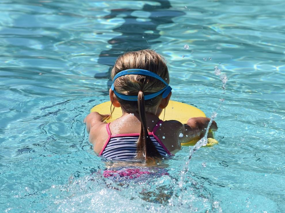 Una niña practicando natación.