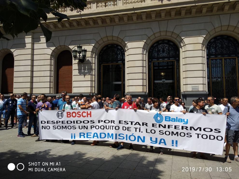 Protesta de delegados y trabajadores de BSH por el despido de dos empleados por estar de baja en la fábrica de Montañana