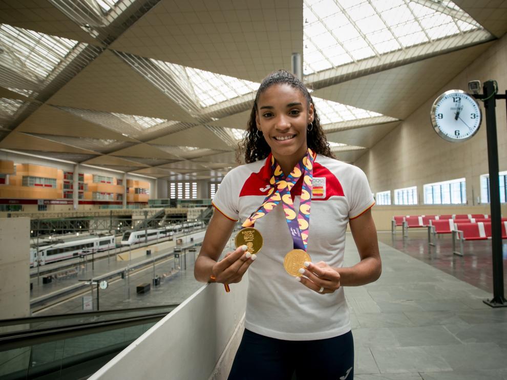Salma Paralluelo, sonriente, con las dos medallas de oro que conquistó en el FOJE de Bakú.