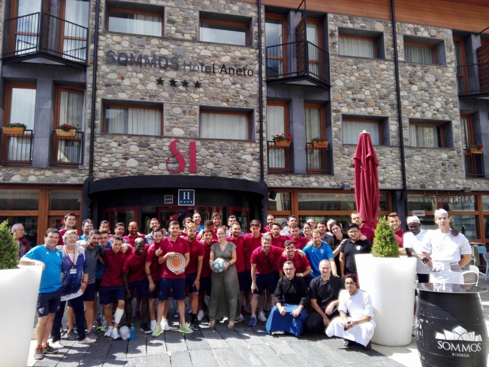 Foto de familia de la expedición azulgrana con los empleados del Sommos Hotel Aneto.