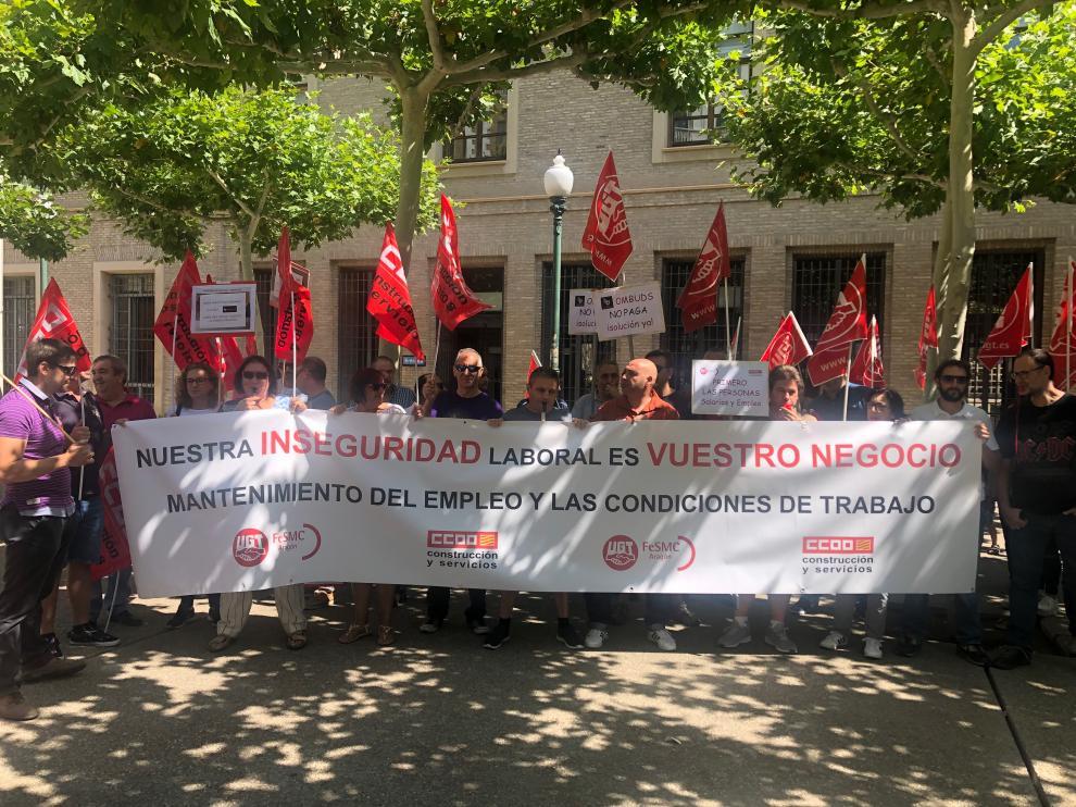 Los trabajadores de Ombuds en la protesta de este miércoles delante de la DGA.