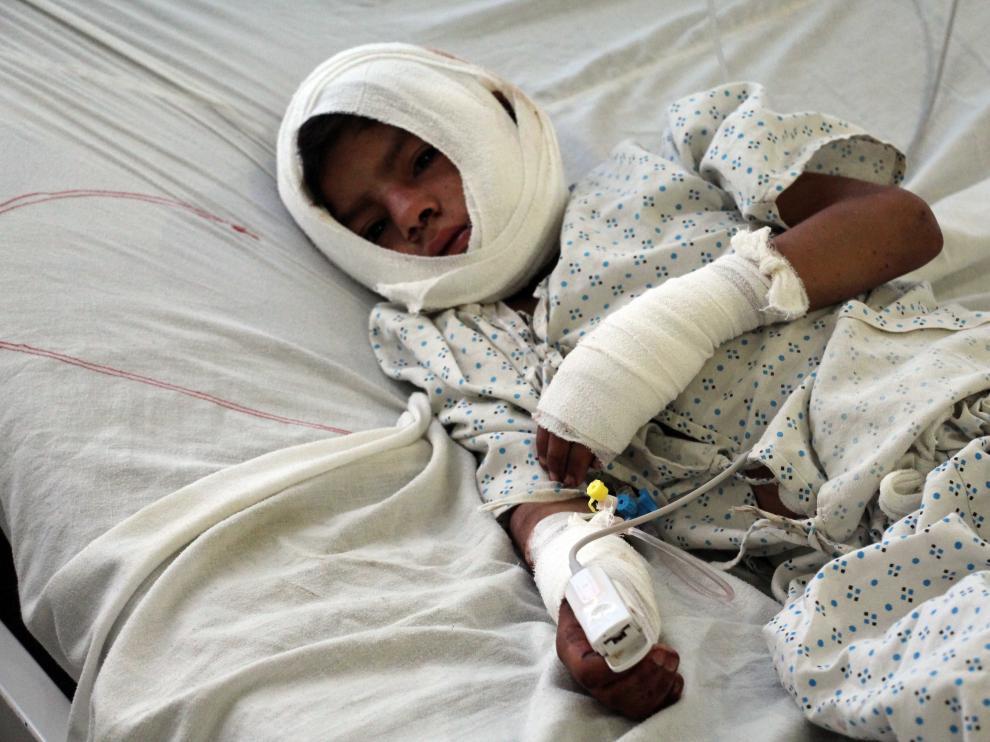Un niño herido por una bomba recibe tratamiento médico en un hospital afgano.