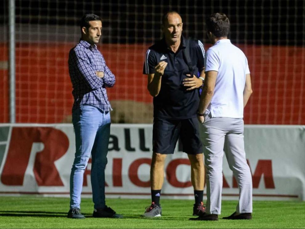 Cerca de las 22.45 de la noche de este miércoles, Víctor Fernández, en el centro, habla con tono serio con Lalo Arantegui (de espaldas) y José Mari Barba, los miembros del área deportiva del Real Zaragoza.