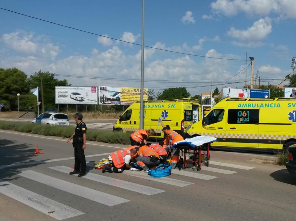 Los servicios de emergencia atienden a la mujer en el lugar del suceso