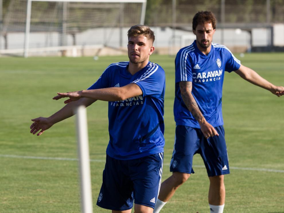 Los centrocampistas Raúl Guti e Íñigo Eguaras se ejercitan en la sesión de ayer en la Ciudad Deportiva.