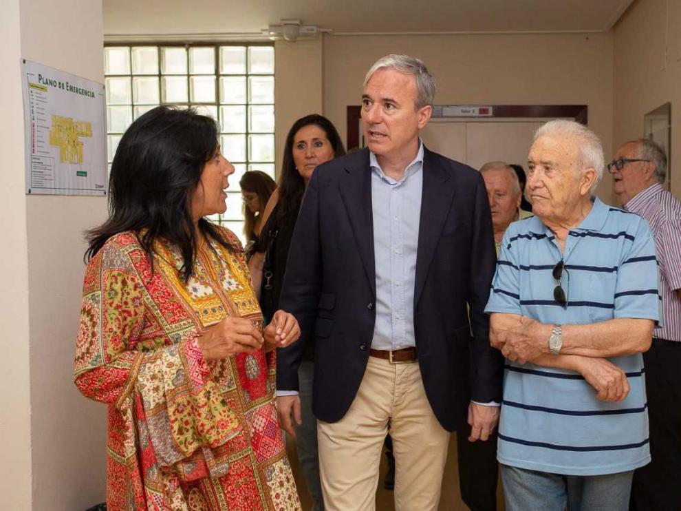 El alcalde, Jorge Azcón, este viernes durante su visita al centro de convivencia de La Jota.