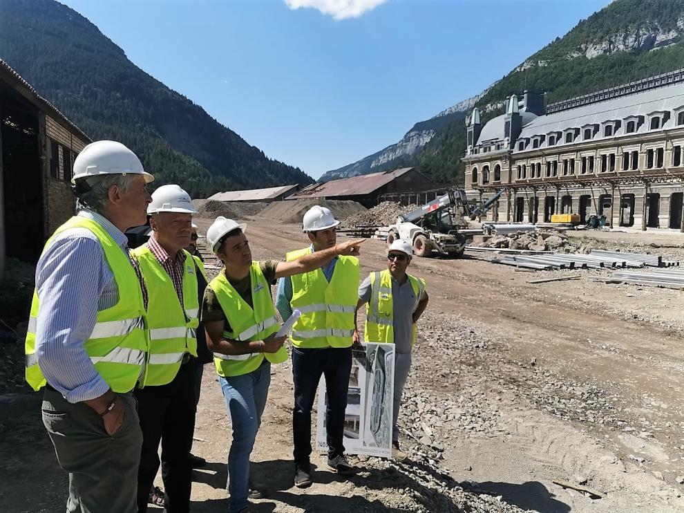 El jefe de obra explica a Alain Rousset (segundo por la izquierda) las obras en la Estación.