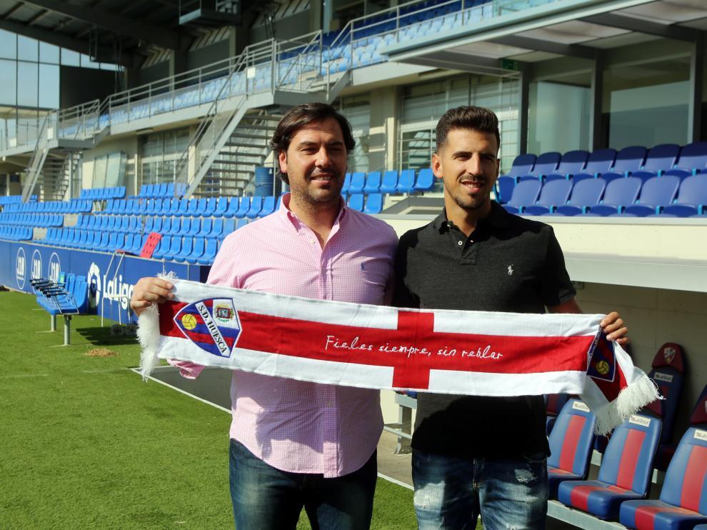 El director deportivo de la SD Huesca, Rubén García, junto a Juan Carlos Real, en la presentación del jugador.