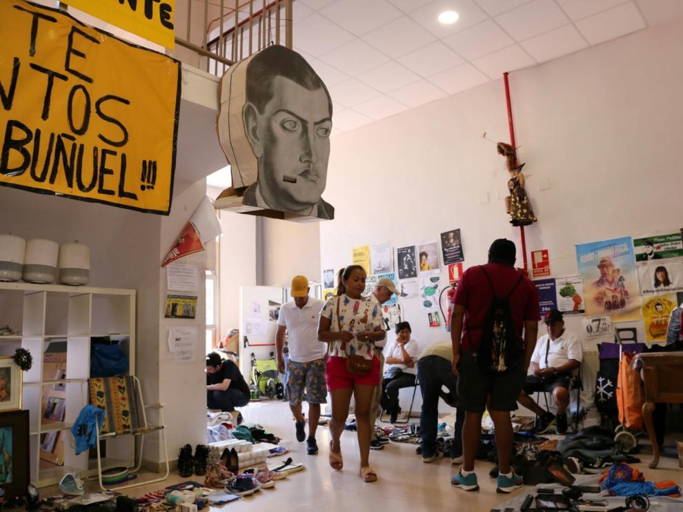 Mercadillo en el centro social Luis Buñuel