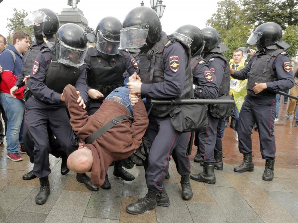 Decenas de manifestantes detenidos en una nueva protesta no autorizada en Moscú.