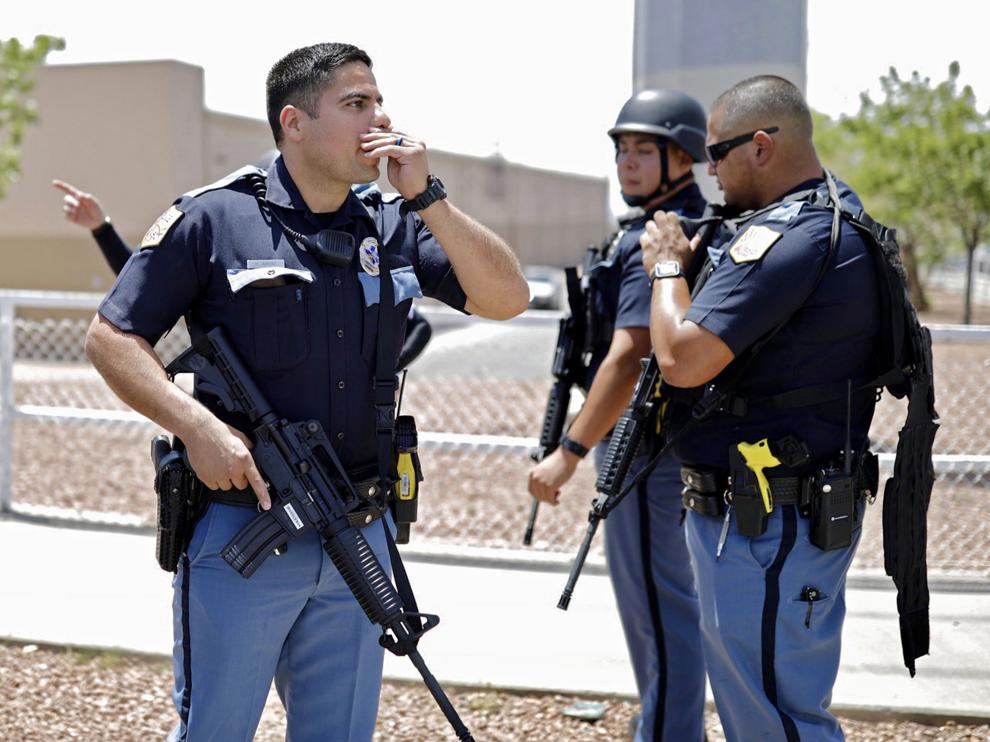 El Paso (United States), 03/08/2019.- Police stand at attention during an active shooting at a Walmart in El Paso, Texas, USA, 03 August 2019. According to reports, at least one person was killed and at least 18 people injured and transported to local hospitals. One suspect is in custody. (Estados Unidos) EFE/EPA/IVAN PIERRE AGUIRRE Shooting at Walmart in El Paso, Texas