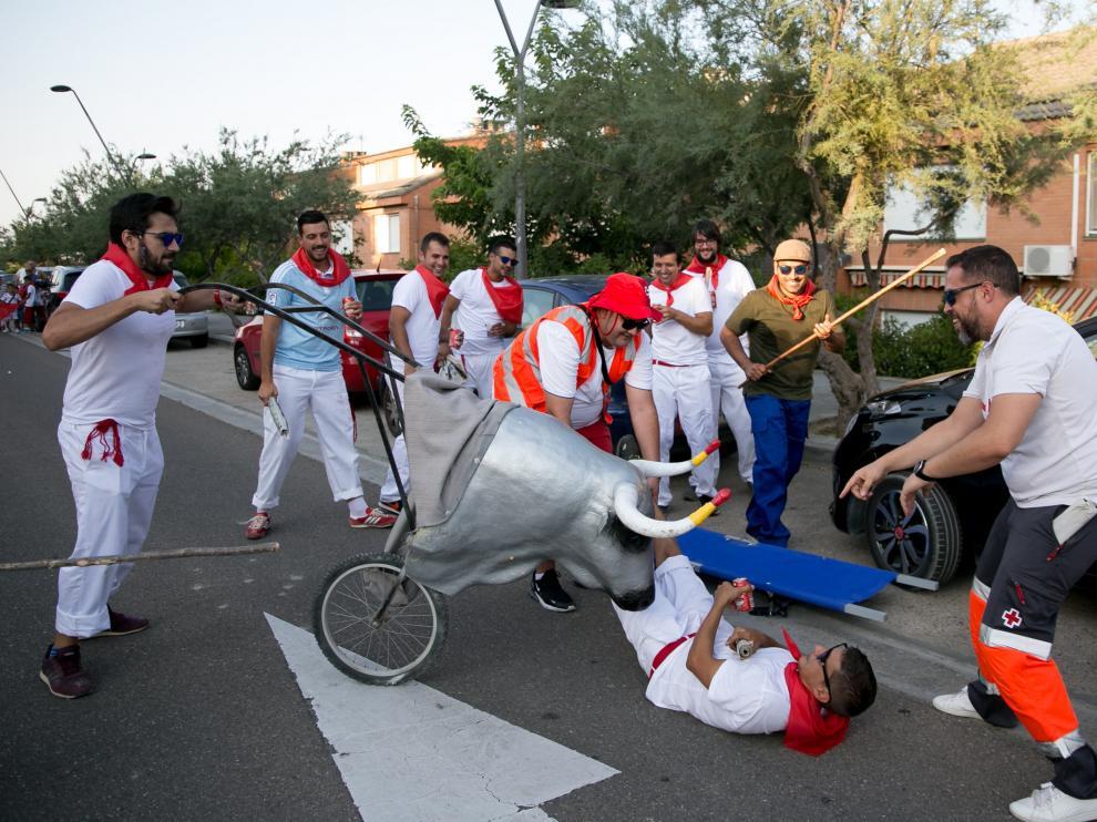 Un temible astado hiere a un corredor en un trasunto del encierro de San Fermín celebrado ayer en Villanueva.