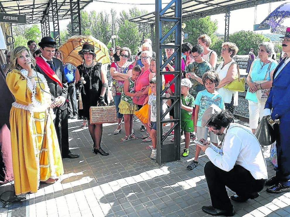 El alcalde de Ayerbe, a la izquierda con banda roja, recibió a los viajeros como hace 128 años.