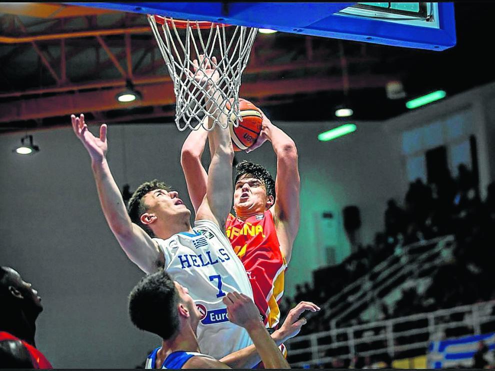 El aragonés Jaime Pradilla intenta superar al jugador griego Fotios Georgalas.