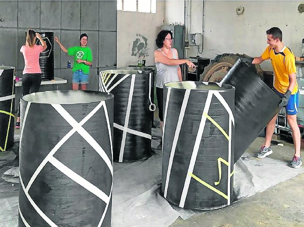 Estos contenedores, suministrados por empresas privadas, se han lijado, lavado e imprimado para preparar su superficie antes de que os niños hayan podido demostrar sobre ellos su faceta artística.