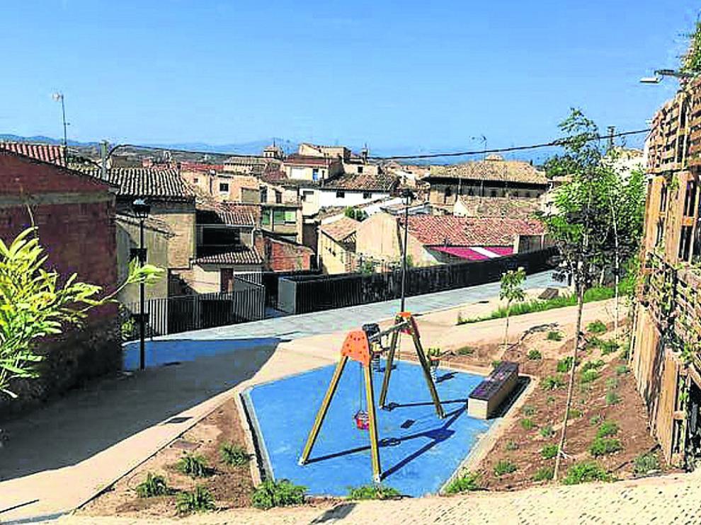Una zona verde y un área infantil ocupan unos antiguos solares en la calle de Mateo Sánchez
