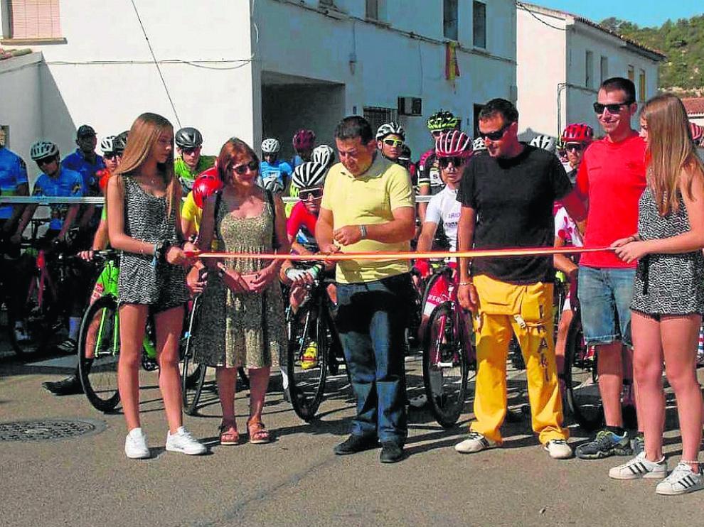 El alcalde de Fayón, Roberto Cabistany, da la salida a la tercera etapa de la Vuelta al Bajo Aragón.