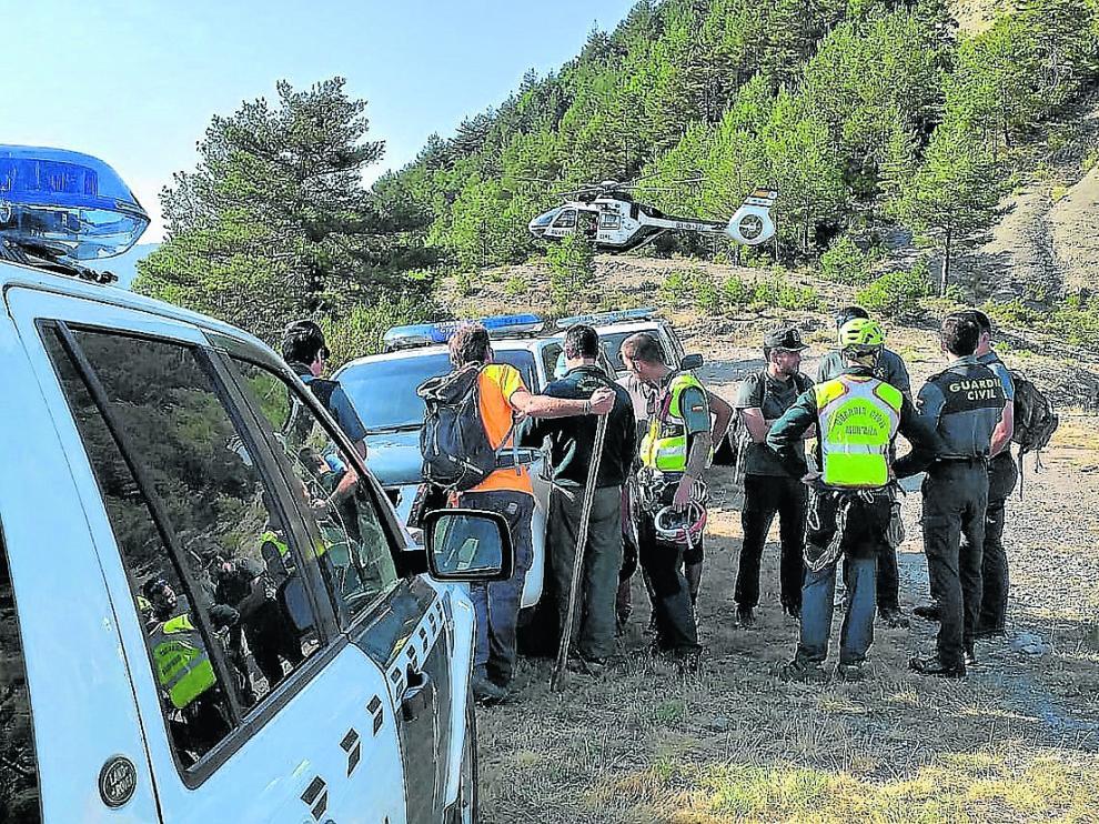 Especialistas y voluntarios en el centro de coordinación de búsqueda establecido este domingo.