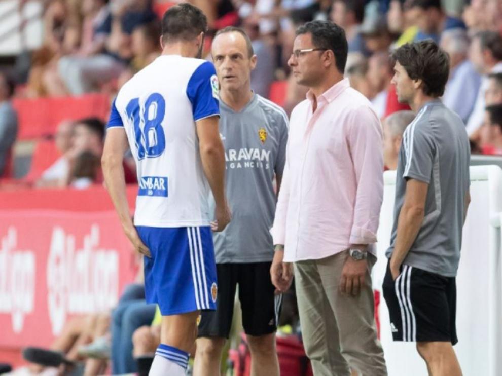 Atienza, en Tarragona, cuando acudió al banquillo a manifestar su dolor en el muslo antes de ser sustituido el pasado sábado.