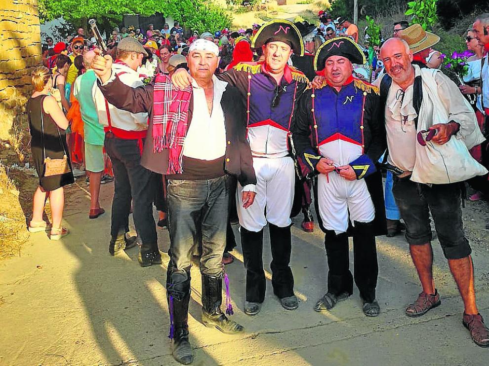 Varios vecinos con disfraces de diferentes temáticas participaron en la ruta del vino.
