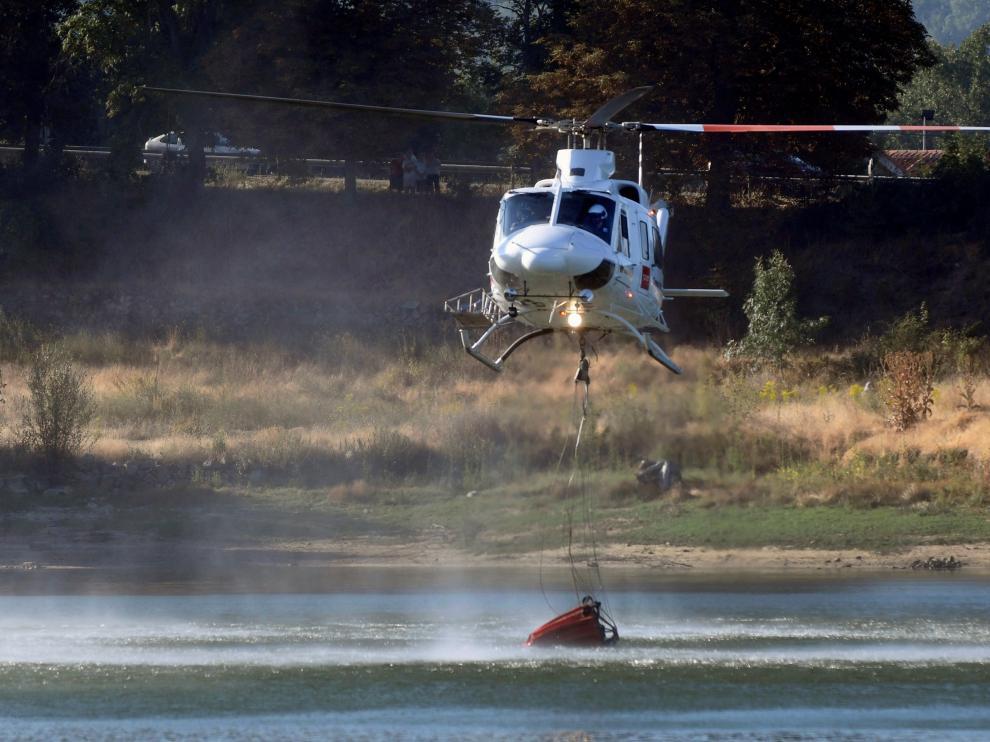 Cinco helicópteros y más de cien efectivos trabajan en el incendio en Segovia