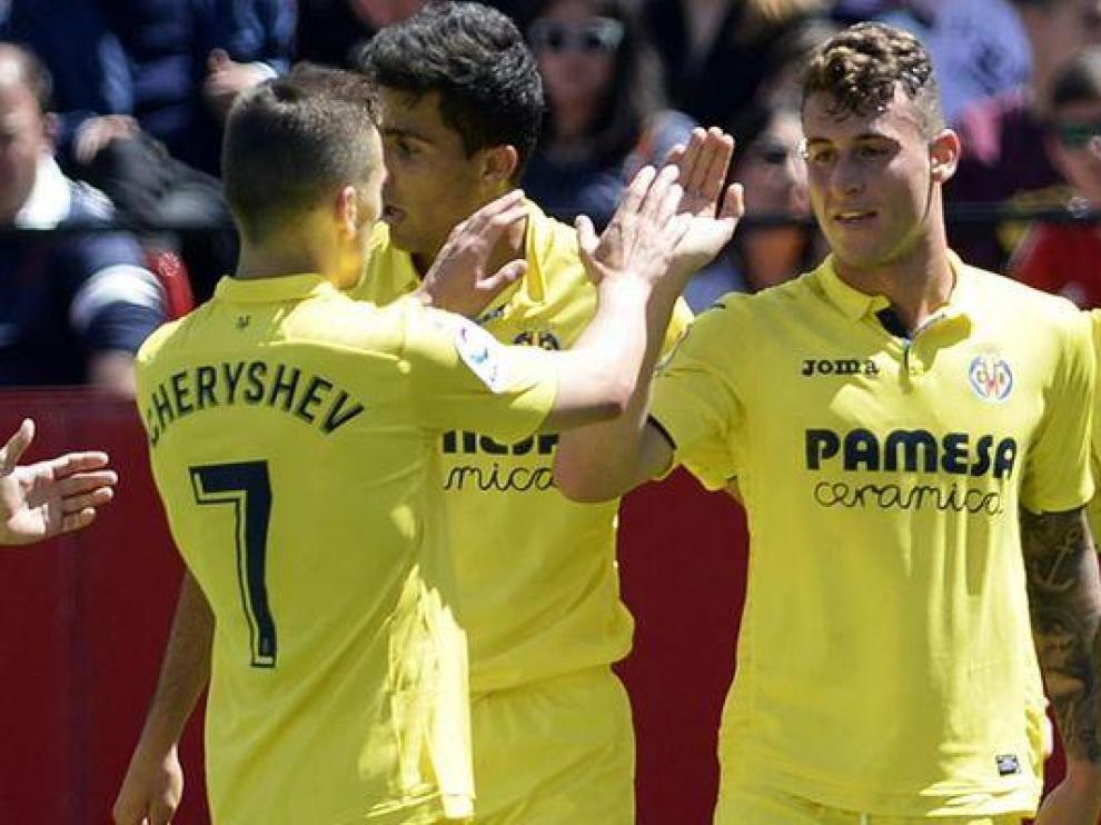 Dani Raba, en el centro, felicitado por compañeros del Villarreal.