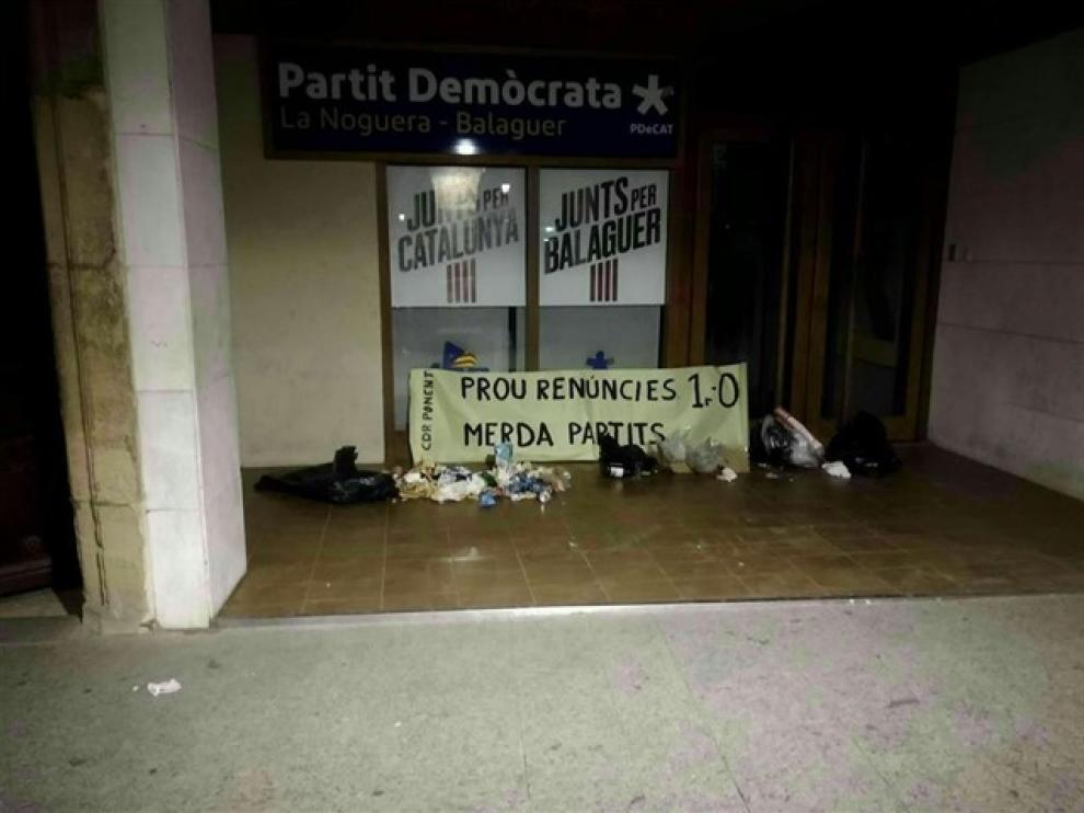 Los CDR dejan basura y excrementos frente a algunas sedes del PDeCAT y ERC