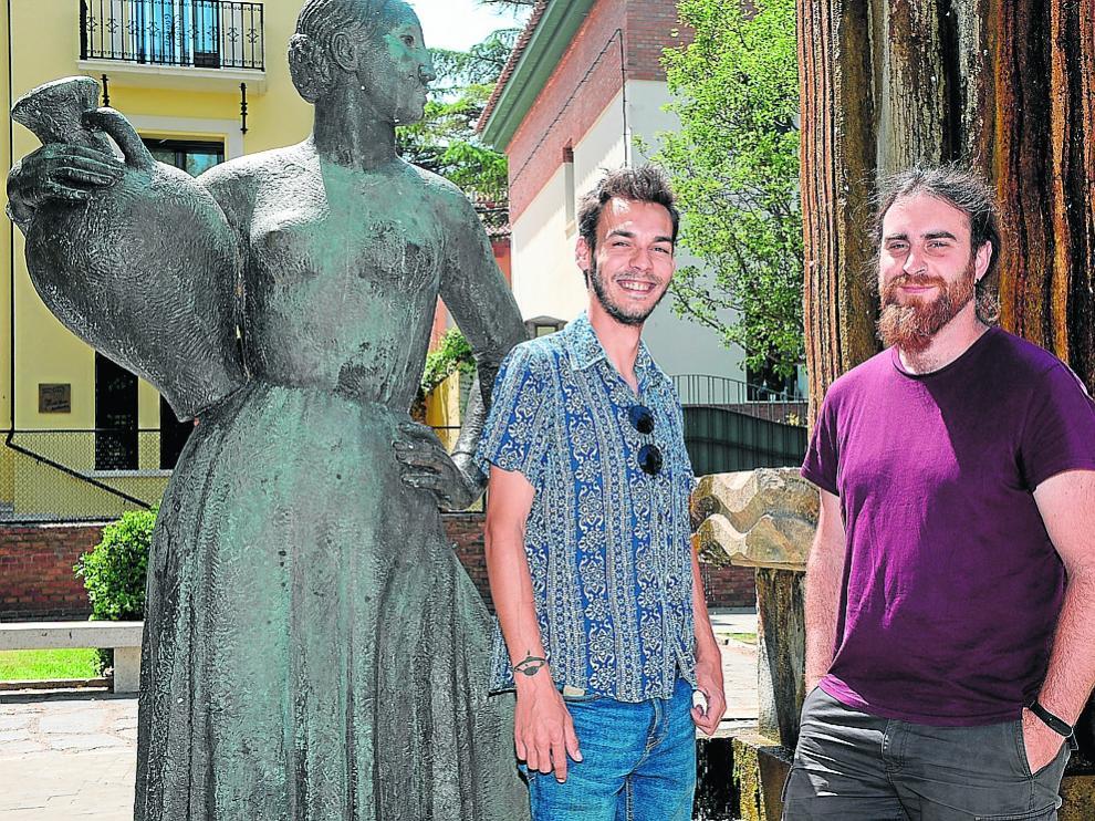 Fran Muñoz y Carlos Alonso, junto a la Fuente Torán de la capital turolense.