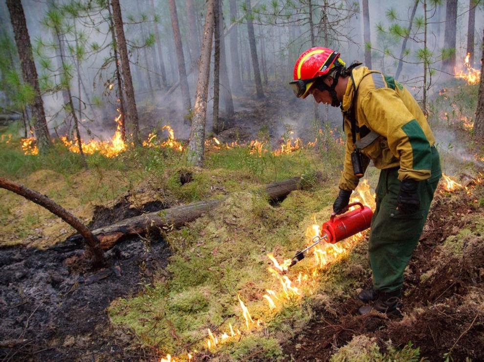 - (Russian Federation), 01/08/2019.- A handout picture made available by the press service of the Federation Service Aviation Forest Protection shows servicemen fighting wildfires in the taiga, or boreal forest, Krasnoyarsk region, Russia, 01 August 2019. According to the Aerial Forest Protection Service, as of 31 July, wildfires are blazing across nearly 2.8 million hectares (28,000 square kilometers). Russian president Vladimir Putin has reportedly ordered the military to join efforts to put out the various fires. (Incendio, Rusia) EFE/EPA/RUSSIAN FEDERATION SERVICE AVIATION FOREST PROTECTION / HANDOUT MANDATORY CREDIT BEST QUALITY AVAILABLE HANDOUT EDITORIAL USE ONLY/NO SALES Wildfires in Siberia