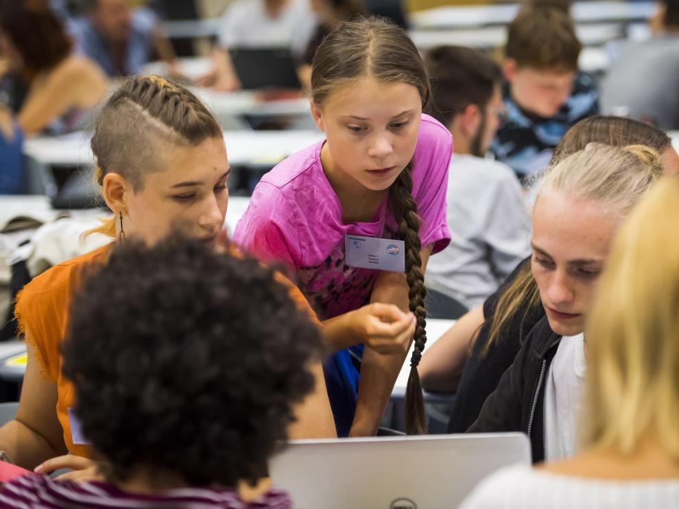 La joven activista sueca conversa con otros participantes en el encuentro del movimiento 'Fridays For Future' en Suiza.
