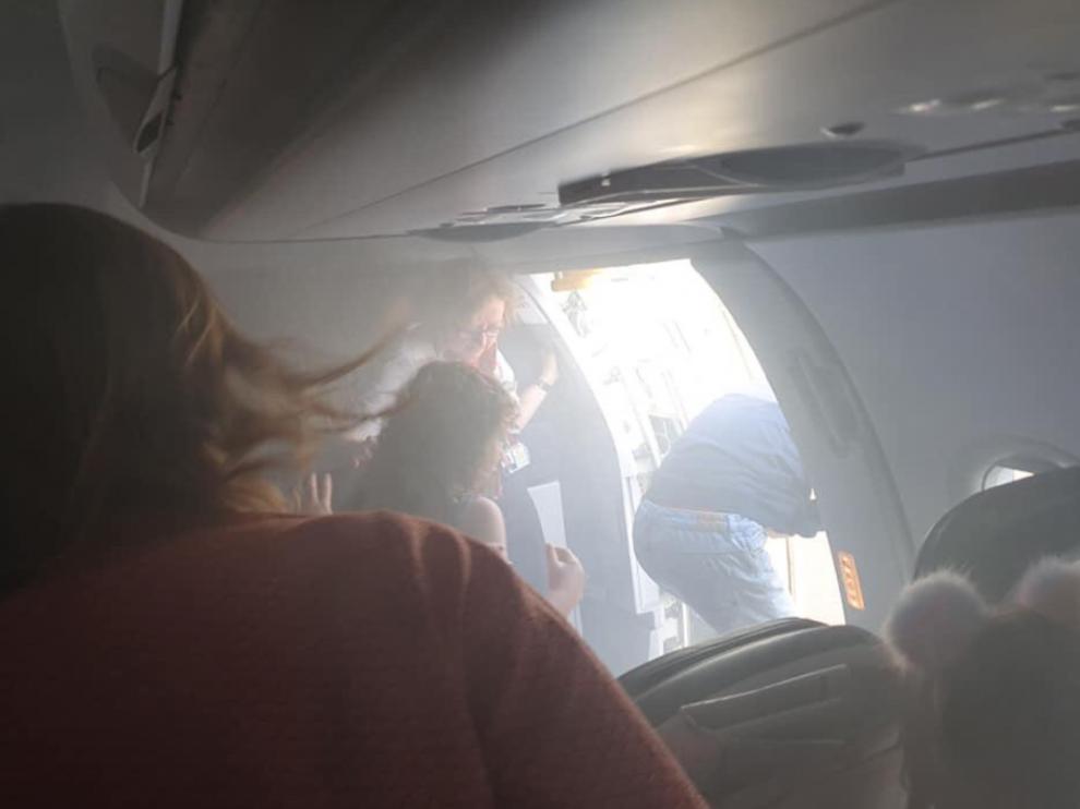 Los pasajeros saliendo por la puerta de emergencia.